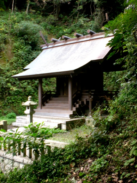 lots of little shrines like this around kamakura.