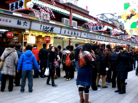 People lining up at the age-manju vendor