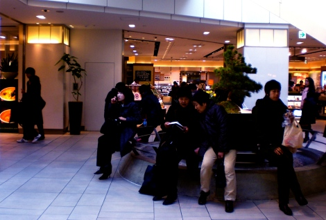 Its impolite to eat while walking in Japan, so we join these folks by the fountain to savour our afternoon snack.