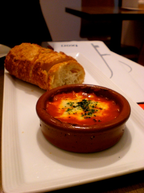 Toasted bread with tomato sauce and Tetilla cheese