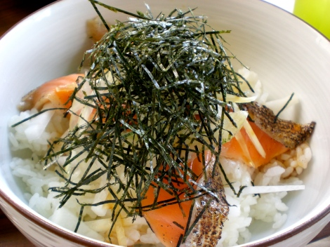 Thin slices of salmon, onions, mayonaise (I know, it sounds weird, but Japanese mayo is pretty good and goes well with these kinds of dishes!), seaweed, rice