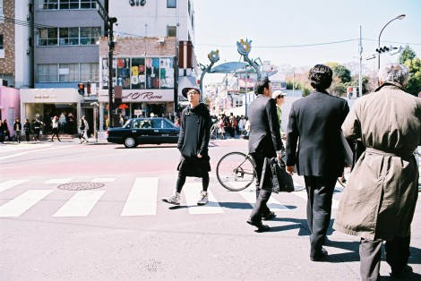The guy in black (in the middle of the shot) was handing out fliers for something, but he was being REALLY selective with who he offered them to. I watched him for a while trying to figure out his qualifications but didn't come up with anything.