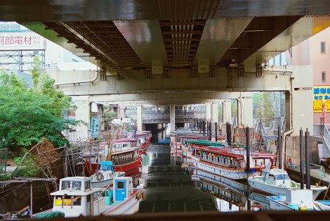 A boat canal midway between Hamamatsucho station and Tamachi station.